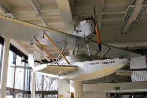 В 1921, германская фирма Dornier, выпустила гидроплан «Libelle» – 7-метровую лодку-пирогу, со стабилизатором и рулем на корме